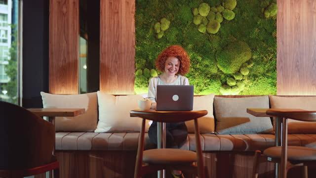 alone and happy at the cafeteria - fashionable bildbanksvideor och videomaterial från bakom kulisserna