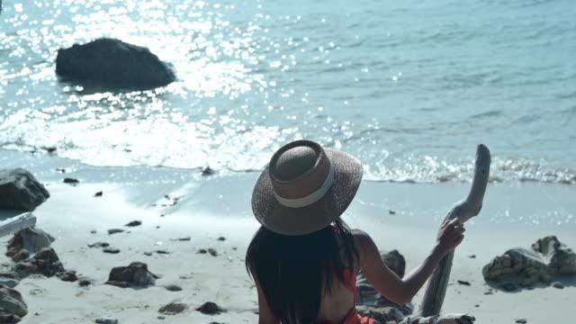 stockvideo's en b-roll-footage met alone op zee - boomstronk
