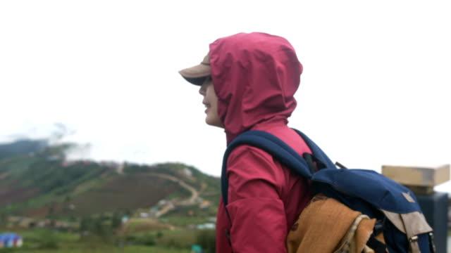 stockvideo's en b-roll-footage met alleen backpacker verkennen in prachtige natuur - verwonderingsdrang