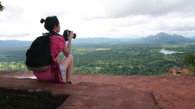 vídeos y material grabado en eventos de stock de solo mujeres explorer turista - sri lanka