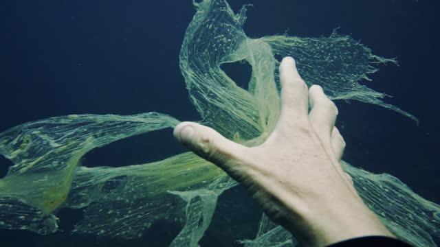 水中プラスチック汚染を伴う自然の中で一人で - 使い捨て製品点の映像素材/bロール