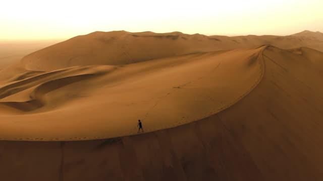 Seul à l'aube du désert