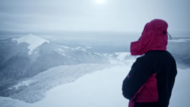alone in the mountains. winter meditation. admiring the view - posa del loto video stock e b–roll