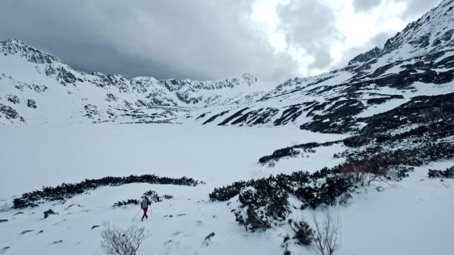 山の中で独りで冬の旅。空中ビュー - snowcapped mountain点の映像素材/bロール