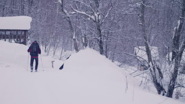 山の中で独りで冬の旅 - winter点の映像素材/bロール