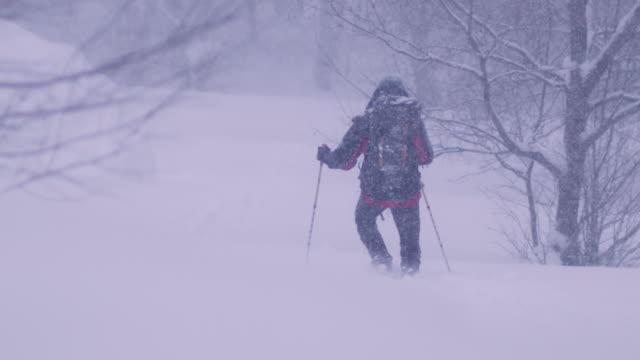 山の中で独りで冬の旅 - snowcapped mountain点の映像素材/bロール