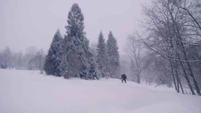 vidéos et rushes de seul dans les montagnes. voyage d'hiver - solitude