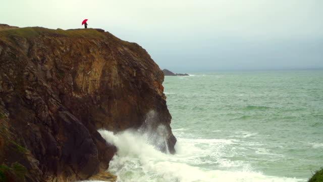 vidéos et rushes de seule femme sur une falaise - temps qu'il fait