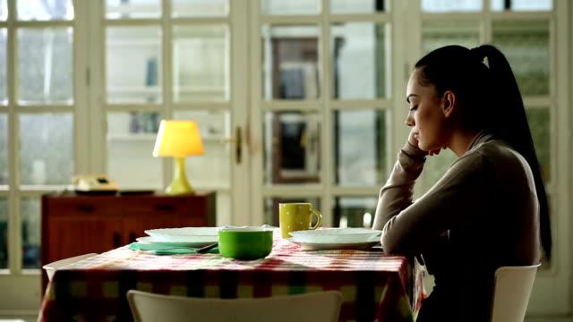 solo donna seduto e in attesa di qualcun altro - solitario video stock e b–roll