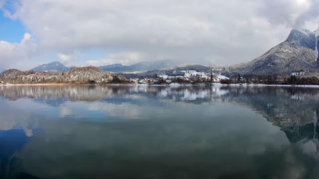 vidéos et rushes de hyperlapse along lake hallstatt in winter 4 - austria
