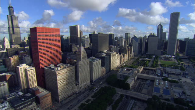 low aerial, along michigan avenue to aon center building, chicago, illinois, usa - michigan avenue chicago stock videos & royalty-free footage