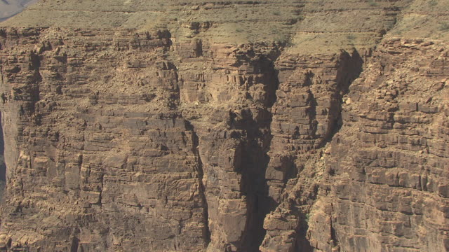 stockvideo's en b-roll-footage met ms aerial along rocky ridge to reveal grand canyon and colorado river in zuni point corridor / arizona, united states - zuni