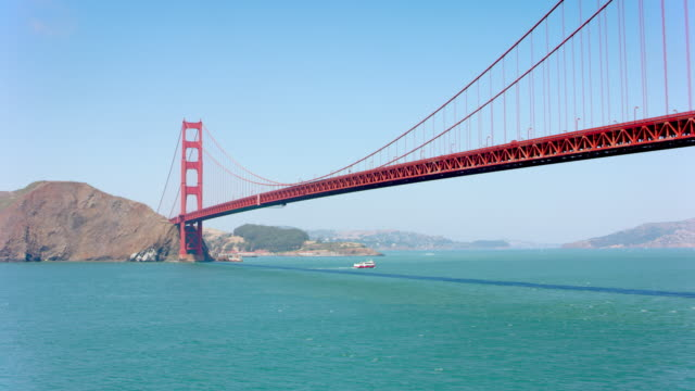 antenne an der golden gate bridge an einem sonnigen tag - golden gate bridge stock-videos und b-roll-filmmaterial