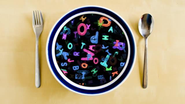 vídeos de stock, filmes e b-roll de prato de sopa de letrinhas - sopa de letras