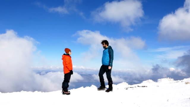 alpine klättrare high-five i toppen av hög höjd berget i vinter - klätterutrustning bildbanksvideor och videomaterial från bakom kulisserna