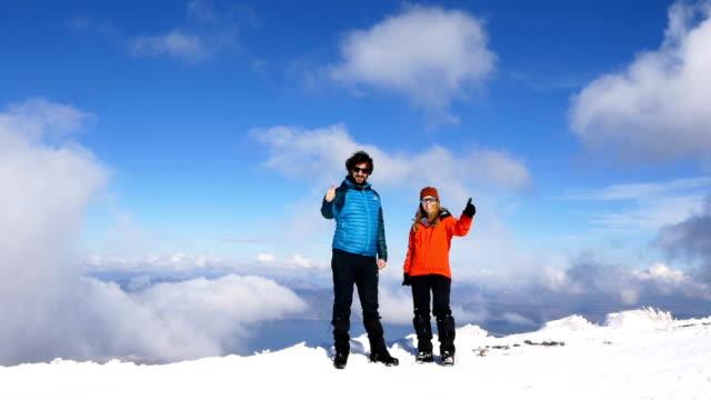 alpine klättrare dunkar upp i toppen av hög höjd berget i vinter - klätterutrustning bildbanksvideor och videomaterial från bakom kulisserna