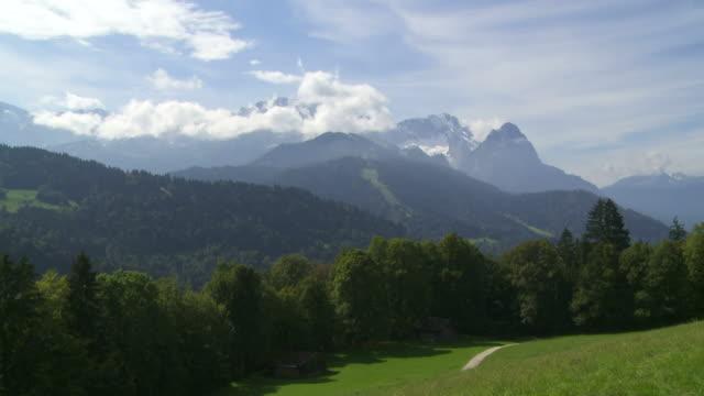 vídeos de stock, filmes e b-roll de alpina paisagem de montanha (intervalo de tempo - montanha zugspitze