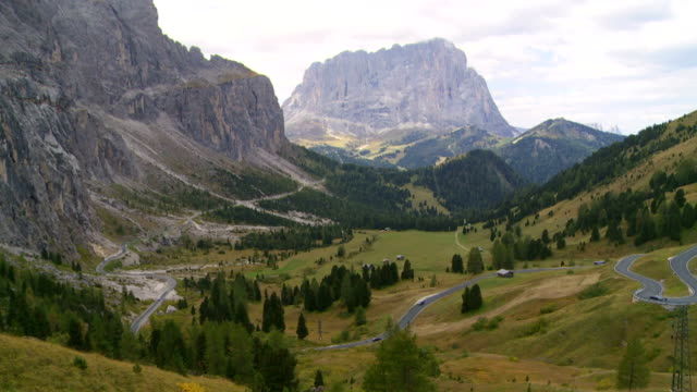 Alpine Mountain-Pass im Herbst