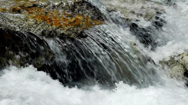 SLO MO アルプス山を流れる川石のクローズアップ
