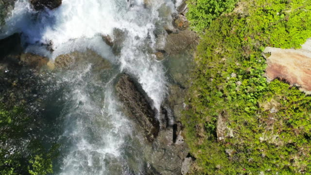 Alpinen Gebirgsfluss im Frühling