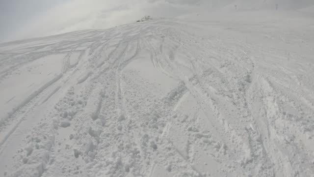 粉体斜面を下り高山のスキーヤーのpov - ウィンターコート点の映像素材/bロール