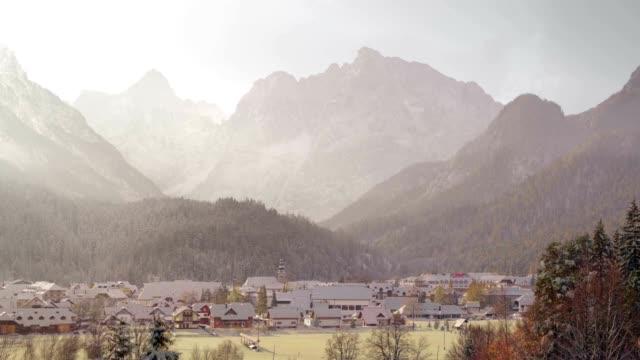 vidéos et rushes de 4 saisons ville alpine - printemps