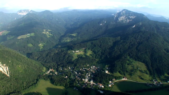 vídeos de stock e filmes b-roll de hd: aldeia nos alpes - pinaceae