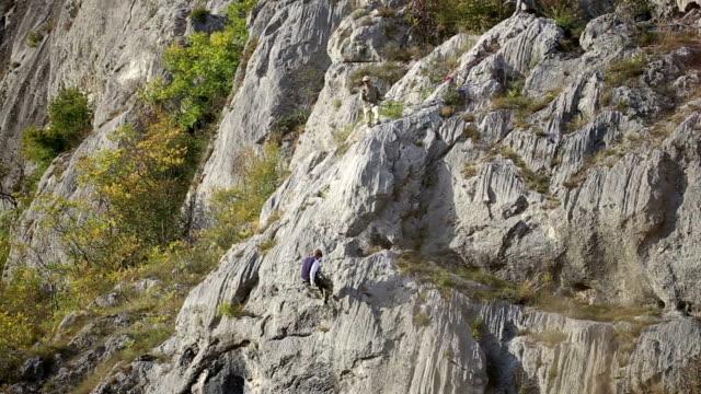 vídeos de stock, filmes e b-roll de alpinista - falésia