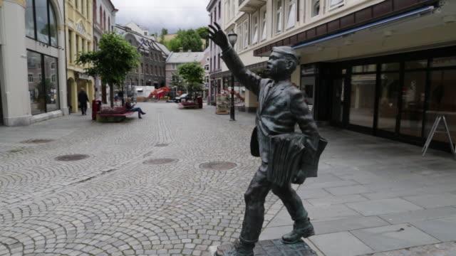 Alseund, statue of a boy in  Konges street