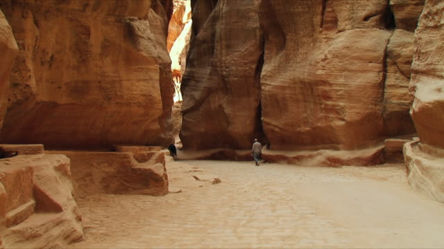 vidéos et rushes de ws al-siq, narrow gorge, entrance to ancient city of petra / jordan - étroit