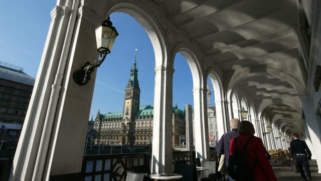alster arcades with view of the city hall, hamburg, germany - rathaus hamburg stock-videos und b-roll-filmmaterial