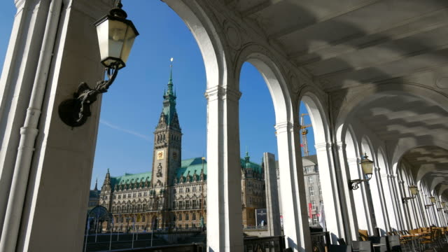 alster arcades with view of the city hall, hamburg, germany - rathaus stock-videos und b-roll-filmmaterial