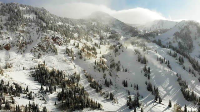 stockvideo's en b-roll-footage met skigebied alta in de piek van het winterseizoen in de buurt van salt lake city utah in de wasatch mountain range - alta utah