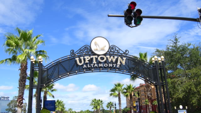 vidéos et rushes de altamonte springs florida cranes roast uptown signage sign of shops and mall, 4k - panneau d'entrée