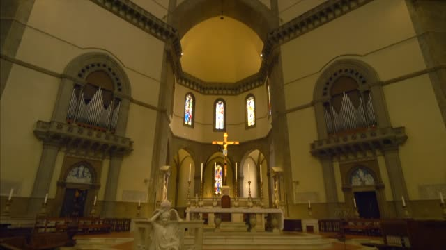 altar and dome of florence cathedral in florence, italy, interior - kuppeldach oder kuppel stock-videos und b-roll-filmmaterial