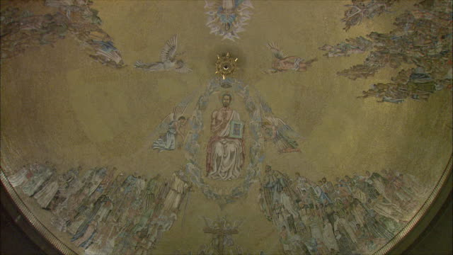 ms td altar and painted ceiling of basilica of the holy cross of the valley of the fallen, northwest of madrid, spain - avvenimento biblico video stock e b–roll