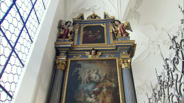 vídeos de stock, filmes e b-roll de ms td altar and relics of martyr saint munditia in glass case in st. peter's church, munich, bavaria, germany - figura feminina