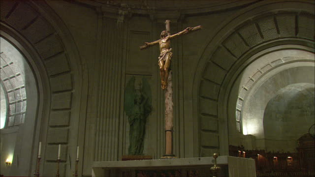 WS ZI MS Altar with crucifix in Basilica of the Holy Cross of the Valley of the Fallen, Northwest of Madrid, Spain