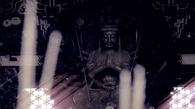 Altaar met Guanyin of Guanyin bronzen standbeeld in Chinese tempel in Thailand.