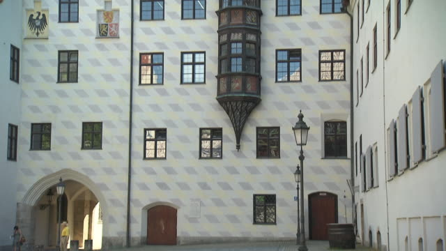 alter hof, place, man on bike, tree, building, architecture, lantern - ローマ皇帝点の映像素材/bロール