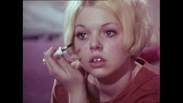 vidéos et rushes de alternating shots of schoolgirl in classroom and at home in 1968 - mascara