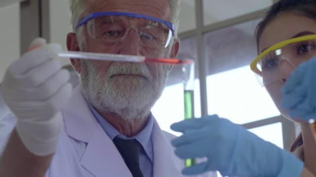 vidéos et rushes de laboratoire d'énergie alternative - matière combustible