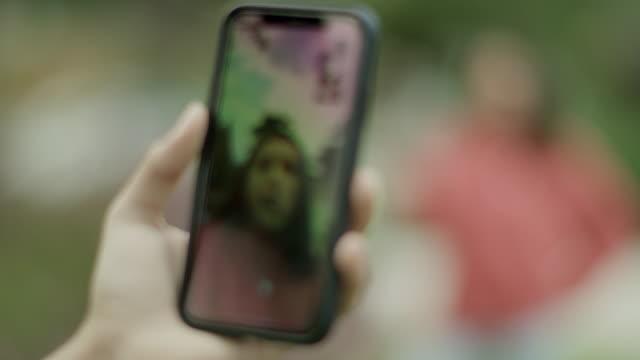 vídeos de stock e filmes b-roll de alternative handshake with cell phones - elbow