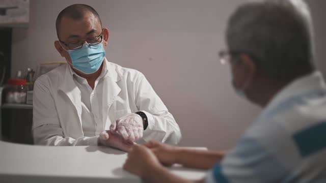 alternativer gesundheitsarbeiter, der seinen senior-patienten vor beginn der akupunktur- und moxibustionsbehandlung konsultiert - angesicht zu angesicht stock-videos und b-roll-filmmaterial