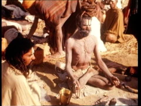 vídeos de stock e filmes b-roll de alternative therapies / prince charles speech; alternative therapies / prince charles speech; india: haryana state: ext people meditating / man... - acupuntura