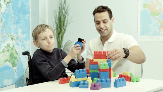 vídeos de stock e filmes b-roll de terapia alternativa para uma criança - paralisia