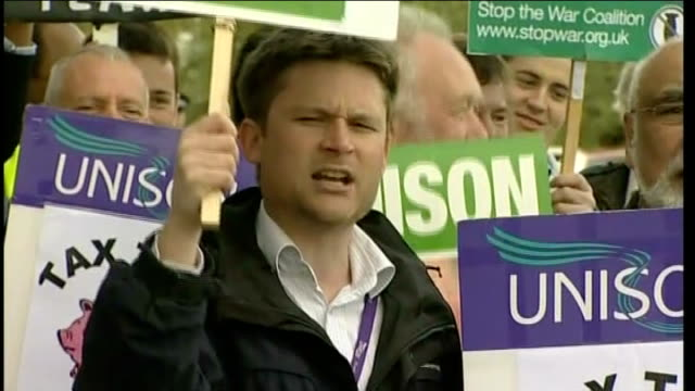 vídeos y material grabado en eventos de stock de nick clegg on campaign trail england lancashire rochdale ext nick clegg mp from car as protesters heard chanting 'nick clegg shame on you shame on... - rochdale inglaterra