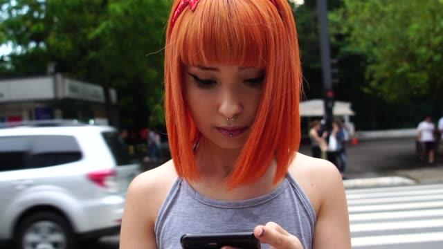 市では、携帯電話を使用して代替の若い女の子 - 扮装点の映像素材/bロール