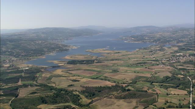 vídeos y material grabado en eventos de stock de aerial ws alto rabagao lake in peneda geres national park / alto rabagao, vila real, portugal - parque natural