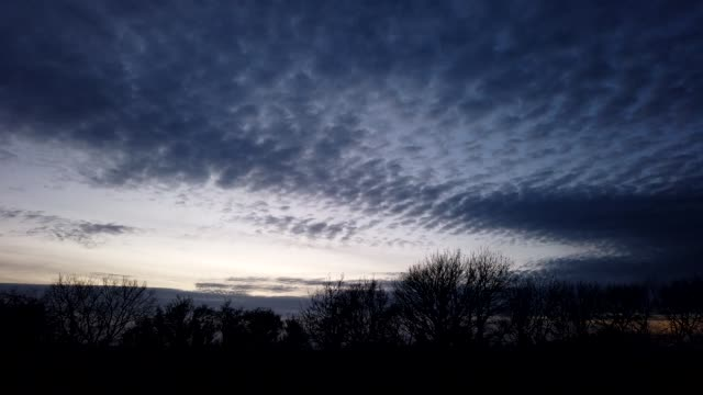 vidéos et rushes de altocumulus cloud time-lapse at dusk. - altocumulus